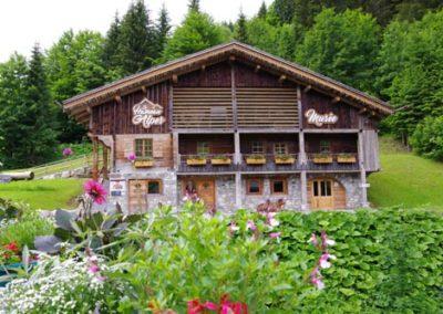 La Clusaz Le Hameau des Alpes avec les GPSMB Guides du Patrimoine Savoie Mont Blanc maison été