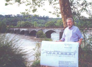 L'auteur Maurice Clément Guide du Patrimoine Savoie Mont Blanc devant le pont Cuénot à Montmélian